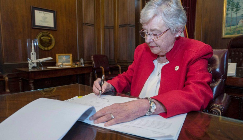 Kay Ellen Ivey ha firmato!